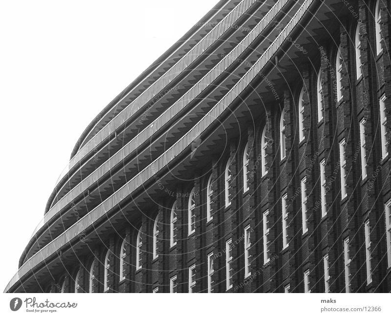 chilehaus2 Grauwert Balkon Fenster Backstein Architektur Hamburg Schwarzweißfoto