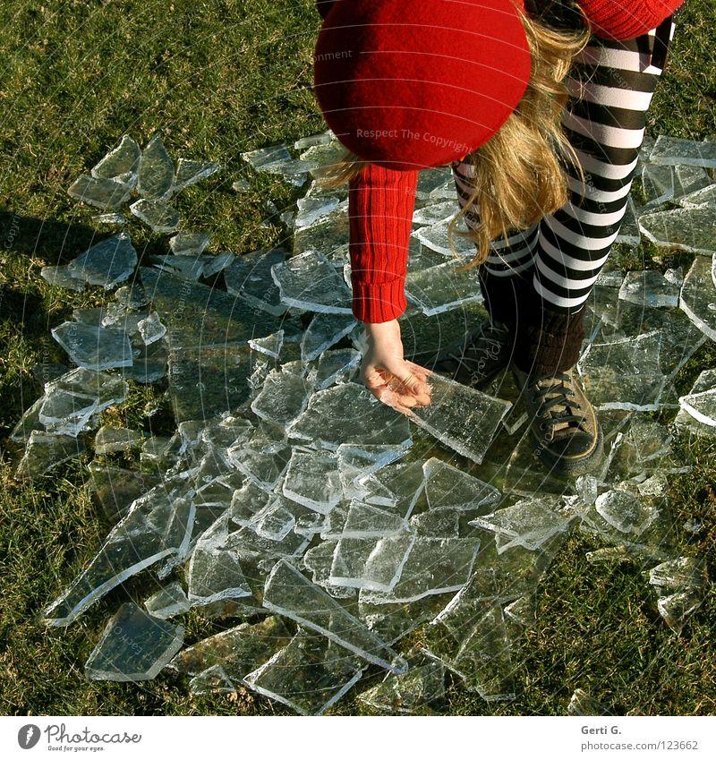 wenn das Eis bricht Kind Jugendliche Hand rot Winter Wiese kalt Haare & Frisuren Gras blond nass Seil Coolness Frost Rasen