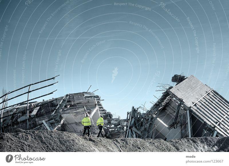 heavy distortion Ruine sprengen Haus Arbeiter Bauschutt Rettung Scherbe chaotisch Beton Zusammenbruch München Krieg Zerstörung Kondensstreifen Flugzeug