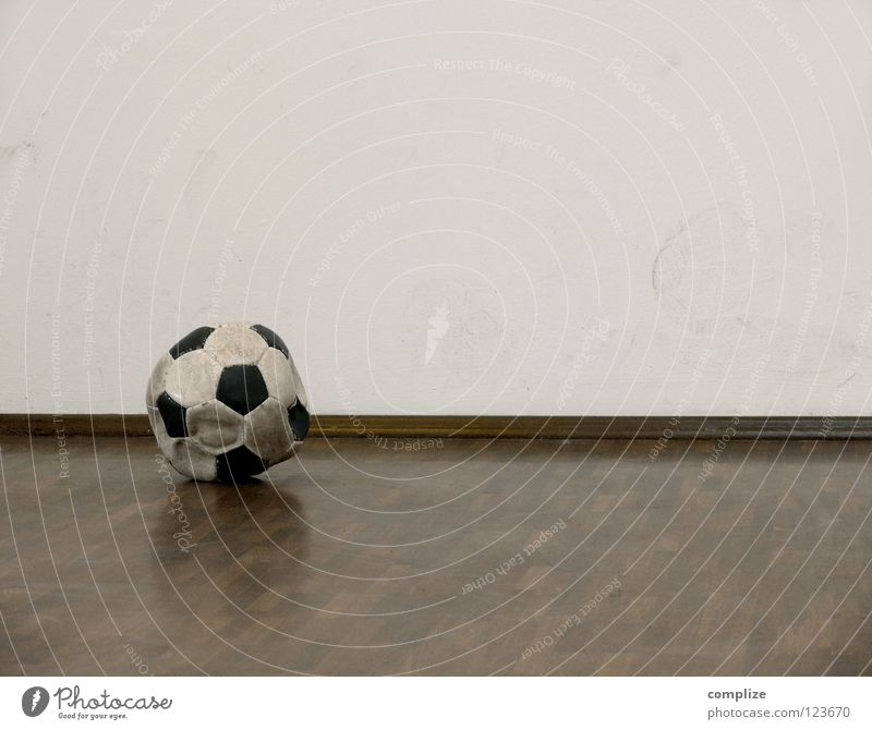 der Ball ist rund? alt Freude Sport Wand Spielen Wohnung Fußball leer kaputt Ecke rund Ball Fußspur Sportveranstaltung Hinterhof eckig