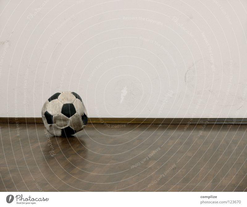 der Ball ist rund? leer Parkett Wohnung eckig kaputt Wand Fußspur luft raus eumel alt Ecke Luft Menschenleer Fußball Textfreiraum oben Fußleiste 1 Farbfoto