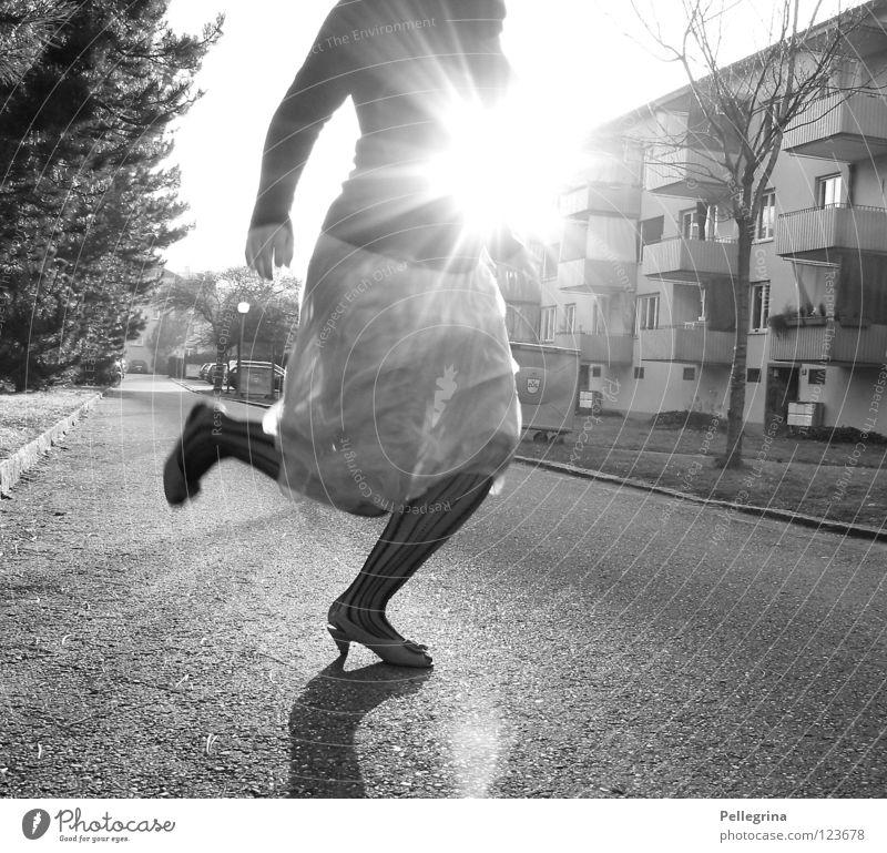 der winter geht... Frau Sonne Straße springen Frühling Beine Beleuchtung Schuhe Kleid Strümpfe Momentaufnahme gefangen Block Schwarzweißfoto Treppenabsatz