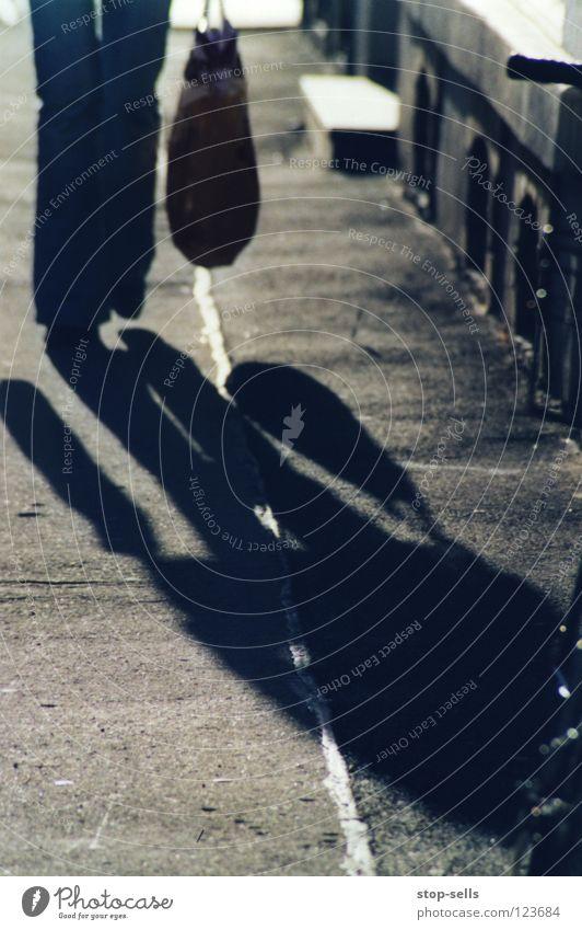 neulich blau auf der straße dunkel Linie Beine kaufen bedrohlich Asphalt obskur Flucht schreiten Beutel massiv marschieren unbequem drohend Kellerfenster