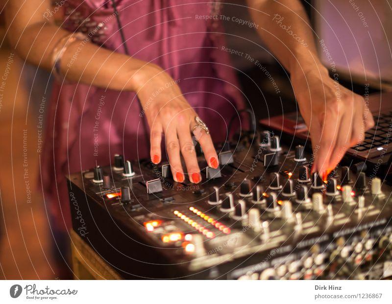 Mrs. DJ Mensch Jugendliche schön Junge Frau rot Hand 18-30 Jahre Erwachsene Leben feminin Stil Feste & Feiern Lifestyle Party elegant Körper