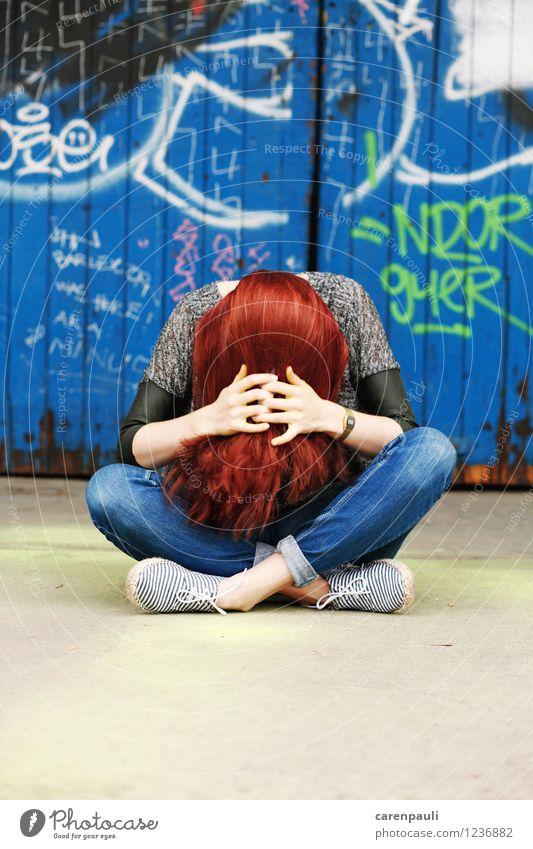Redhead Haare & Frisuren feminin Junge Frau Jugendliche 1 Mensch 18-30 Jahre Erwachsene Tür rothaarig langhaarig sitzen Coolness trendy schön einzigartig blau
