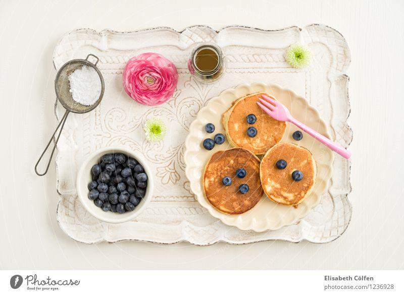Blaubeer-Pancakes Dessert Pfannkuchen Blaubeeren Puderzucker Gabel Sieb Tablett Ahornsirup Blume Ernährung Kaffeetrinken Teller springen rosa Farbfoto