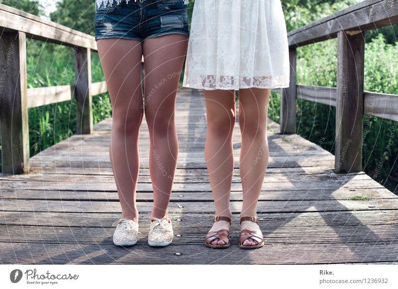 Schwestern. Mensch Kind Natur Jugendliche schön Sommer Junge Frau 18-30 Jahre Erwachsene feminin Familie & Verwandtschaft Beine Lifestyle Mode Paar Zusammensein