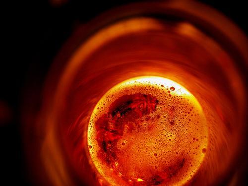 Was wollen wir trinken ... Bier Ernährung Lebensmittel Getränk Licht Gastronomie Bar Club Veranstaltung verschlafen Restaurant rund Flaschenhals Schaum