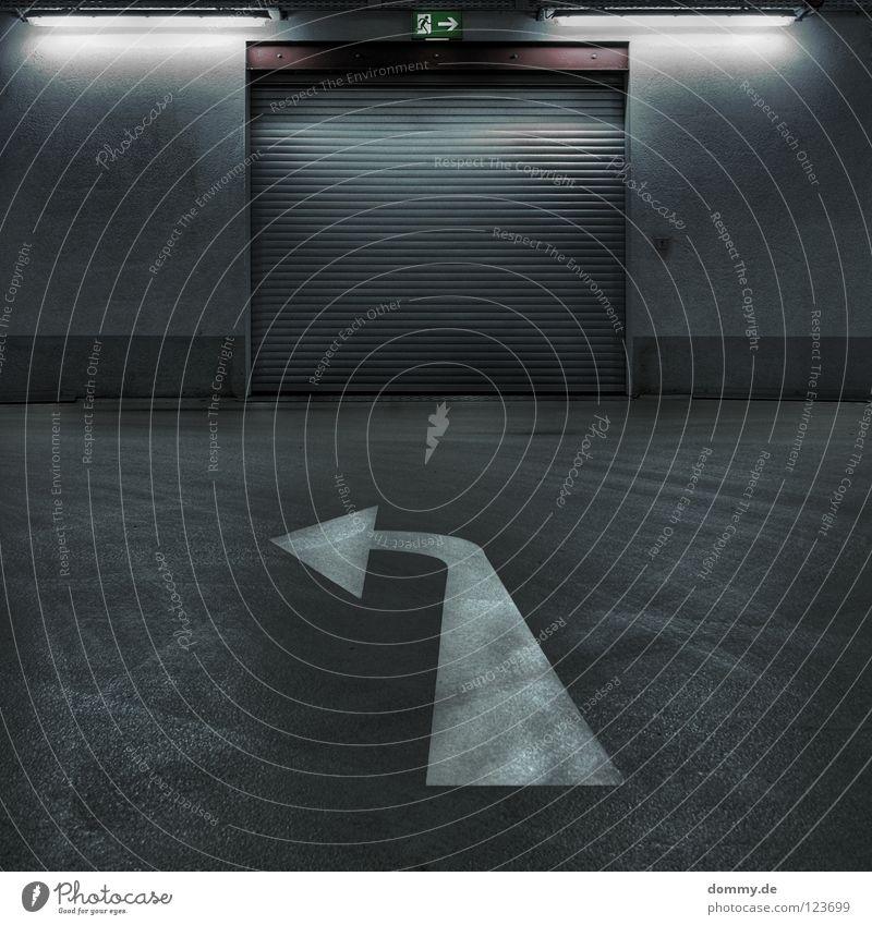 scharfLINKS Stadt Haus Mauer Wege & Pfade Gebäude Metall dreckig laufen Spuren Streifen Pfeil Tor Verkehrswege Fußspur Lagerhalle Flucht