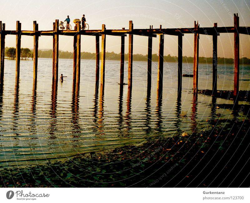 Bridge over silent water Myanmar Mandalay Teak Holz Holzbrücke Asien Abenddämmerung See Birmane Verkehr Brücke Fluss Bach u-bein Pfosten Wasser Schatten