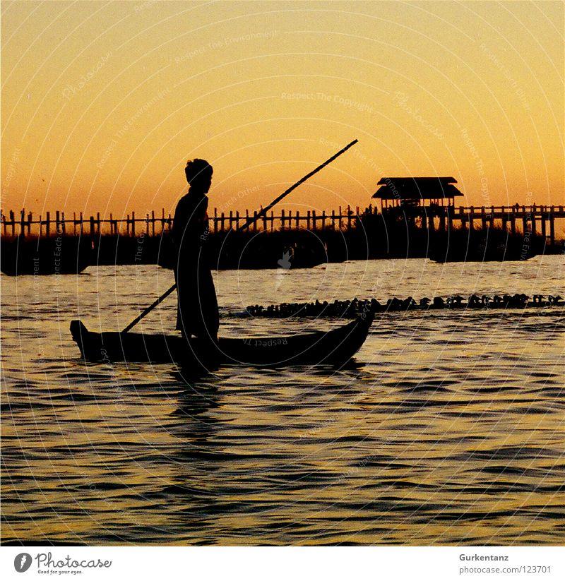 Burmesische Nussschale Wasser schön See Wasserfahrzeug gold Brücke Asien Schifffahrt Stock Abenddämmerung Fischer Myanmar Kahn