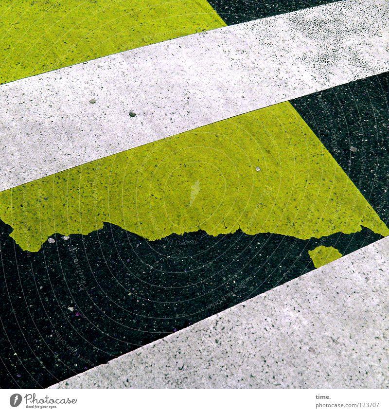 Abgefahren Zebrastreifen Asphalt Teer weiß grün schwarz kaputt Straßburg Fußgänger Sollbruchstelle parallel diagonal Straßenbelag Warnfarbe Kontrolle stoppen