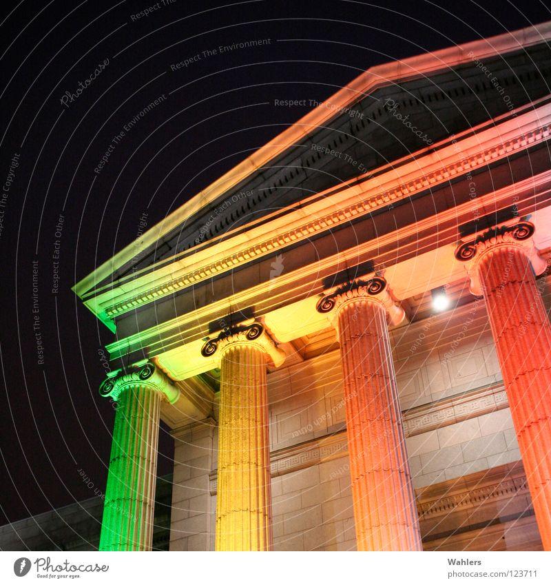 In anderes Licht gerückt alt grün rot gelb Farbe dunkel Stein Beleuchtung orange USA Denkmal historisch Säule Nacht Berlin Regenbogen