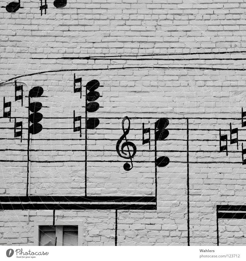 Straßenmusik I Haus Fassade Mauer schwarz weiß Musik hören Fenster Straßenkunst Design Grauwert Detailaufnahme Musiknoten Klang Blick Stein Anstreicher Kunst
