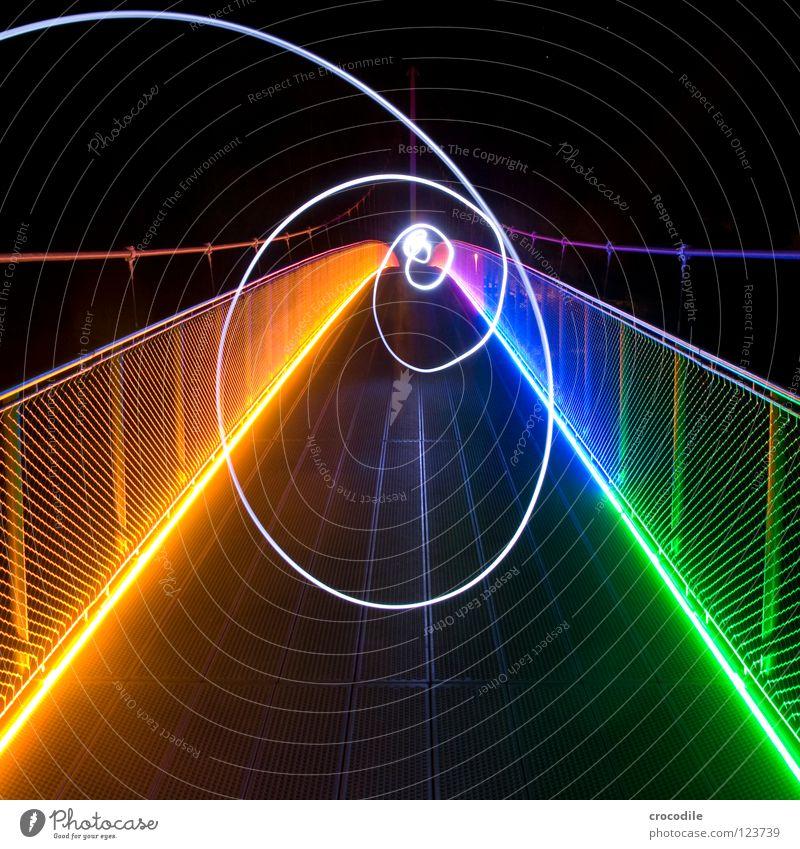 spinning around Lampe mehrfarbig Beleuchtung grün gelb Kreis Wasserwirbel stark Stabilität faszinierend schön regelmässig rund Brücke Freude Langzeitbelichtung