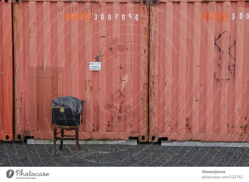 Person 18 rot Einsamkeit Zeit Schriftzeichen warten Bekleidung Hoffnung Stuhl Vertrauen Hut Koffer frieren Gott Mantel Trennung Container