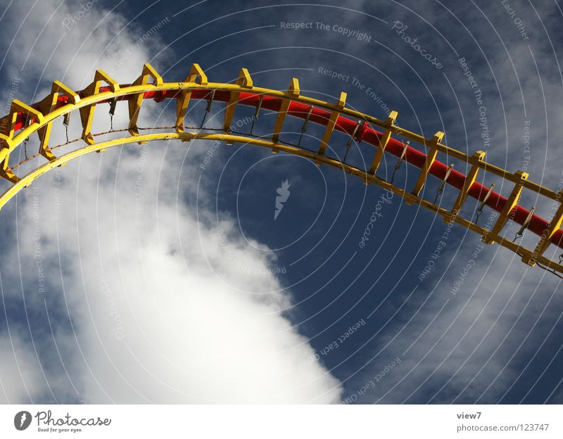 Kopfüber. Himmel Freude Wolken Farbe Spielen Metall Horizont Eisenbahn Geschwindigkeit Industrie fahren Rasen Gleise Stahl Jahrmarkt drehen