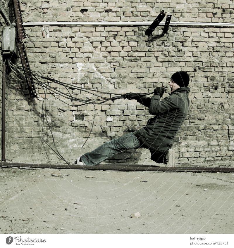 stromabnehmer Mann Ernährung Wand sprechen Lebensmittel Mauer Musik Schuhe Kraft Energiewirtschaft Elektrizität gefährlich Kabel Bodenbelag Macht bedrohlich