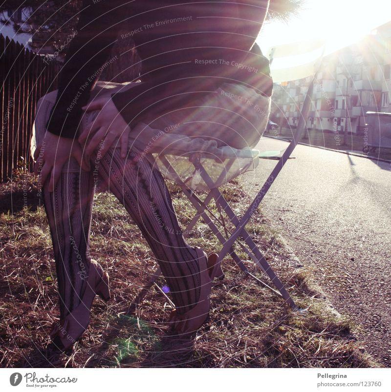 bestrahlung Frau Hand Sonne Farbe Straße Beine Beleuchtung Schuhe sitzen Stuhl Kleid Netz Strümpfe Momentaufnahme gefangen Block