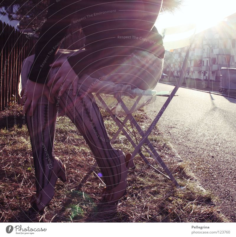 bestrahlung Frau Kleid Strümpfe Block Licht Schuhe Damenschuhe gefangen Hand Beine Straße Farbe Sonne Beleuchtung Treppenabsatz Netz Stuhl sitzen Momentaufnahme