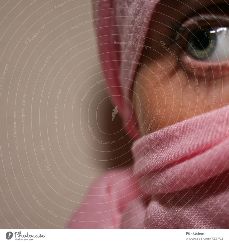 Rosa Tuch Frau Mensch blau grün schwarz Auge Wand Kopf grau Angst rosa Haut Hautfalten verstecken Momentaufnahme Wange