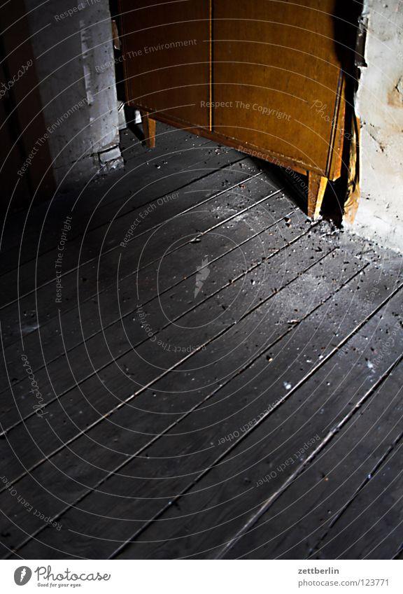Dachboden Dachfenster Haus Einfamilienhaus Stadthaus Holz Holzfußboden roh Fuge Nische Hütte Schrank Detailaufnahme Häusliches Leben Möbel Ecke Versteck Rest