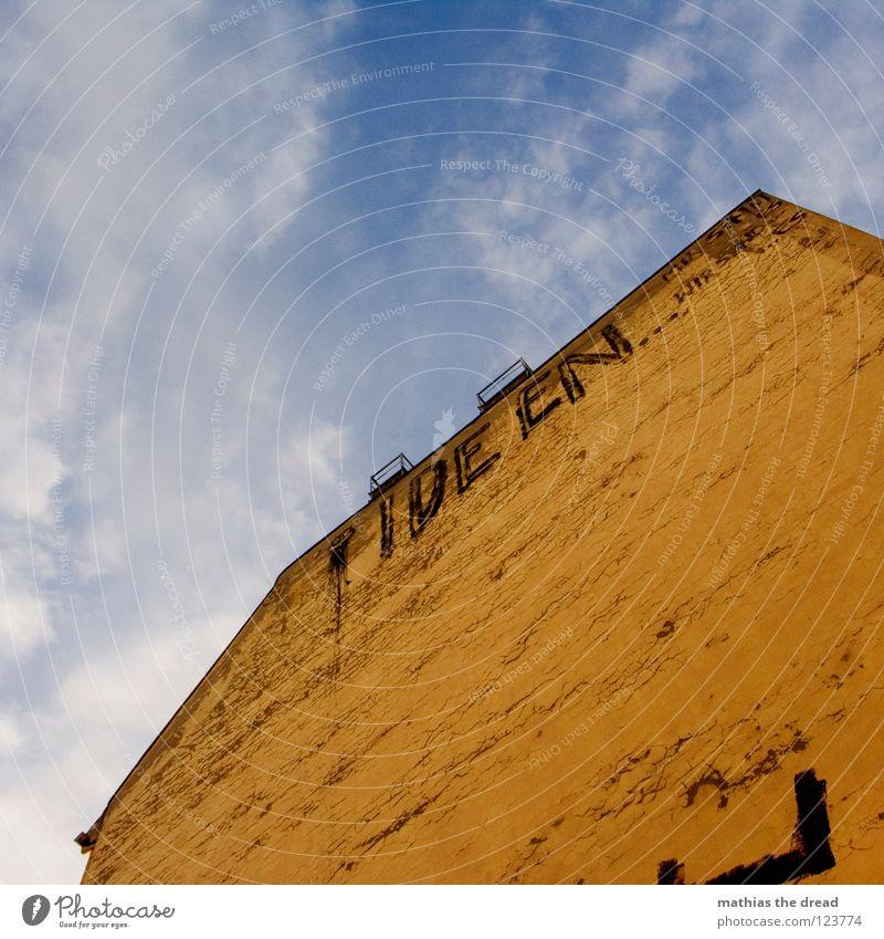 IDEEN BRAUCHT DAS LAND Wolken schön Haus Gebäude Fassade Putz gelb Froschperspektive Aussage Information Mitteilung sichtbar Graffiti Wandmalereien Moral Himmel