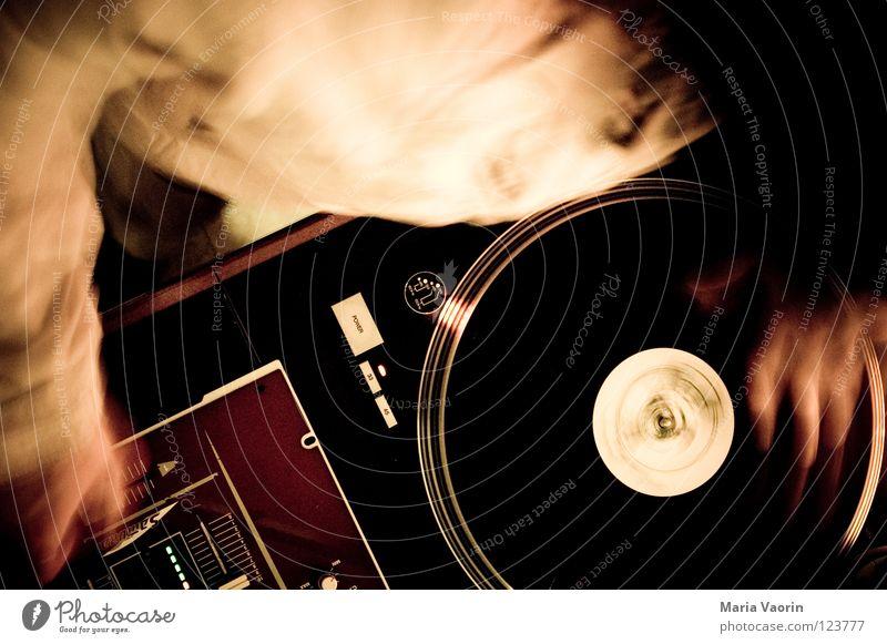 scratching Diskjockey Schallplatte liegen Disco Party fade Hiphop Sprechgesang Plattenspieler Tonarm Musikmischpult Club Freizeit & Hobby Konzert plattenleger