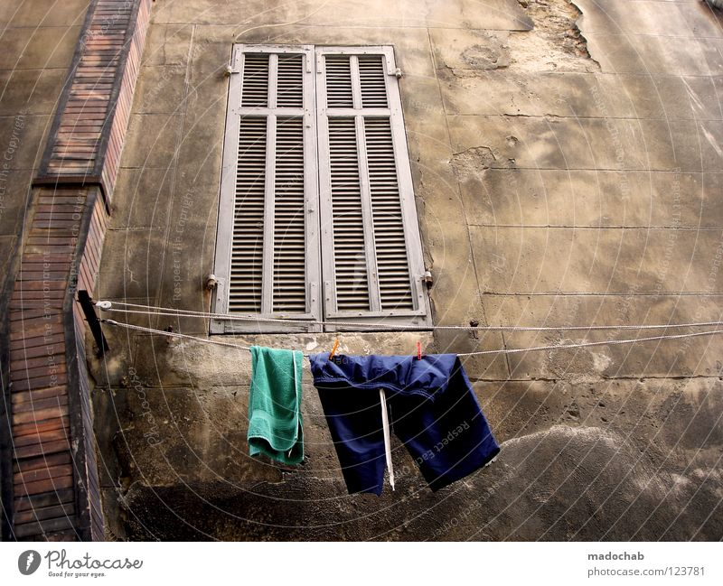 DAS FENSTER ZUM HOF alt Ferien & Urlaub & Reisen Haus Leben Wand Fenster Mauer Gebäude dreckig Bekleidung Ordnung kaputt Ende Sauberkeit Italien