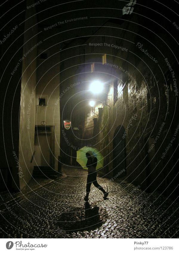 Regennacht Frau grün Einsamkeit Straße dunkel Herbst nass Regenschirm Nacht historisch Österreich Straßenbeleuchtung unheimlich Gasse