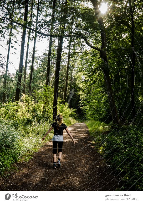 Glückliches Kind im Wald Mensch feminin Mädchen Kindheit 1 8-13 Jahre Umwelt Natur Landschaft Tier Frühling Sommer Schönes Wetter braun mehrfarbig gelb gold