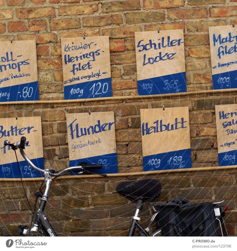 Bin kurz Fisch holen... Mauer Fahrrad frisch Fisch Gastronomie Werbung Dienstleistungsgewerbe verkaufen Fischereiwirtschaft Göteborg Kunde Auswahl Preisschild Handel Hering
