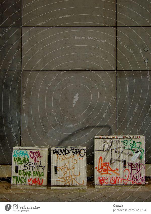 threesome Wand Mauer grau Elektrizität Sicherungskasten Verteiler 3 Schmiererei Kunst Sachbeschädigung Infrastruktur Versorgung zusammenrotten Bürgersteig