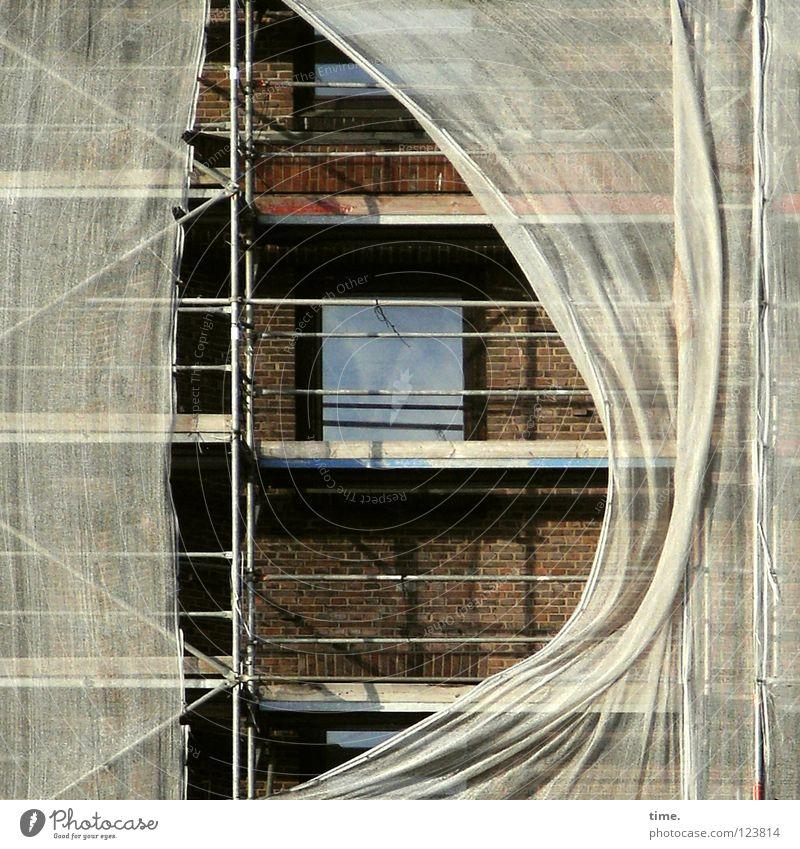 Vom Winde verweht Haus Fenster Wand Mauer Wind Baustelle Schutz Sicherheit Leidenschaft Sturm Handwerk Leiter anstrengen Eisen bauen Renovieren