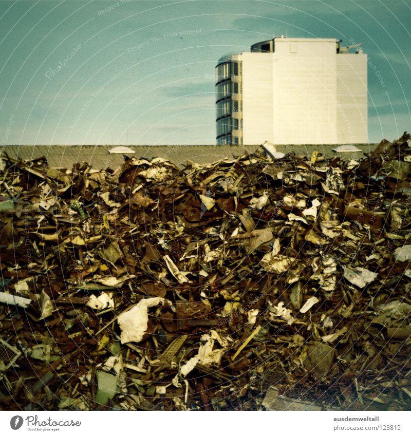 :.Hoch.: Himmel Haus Farbe oben Berge u. Gebirge hell dreckig hoch Dach Müll Häusliches Leben Balkon Schrott hell-blau