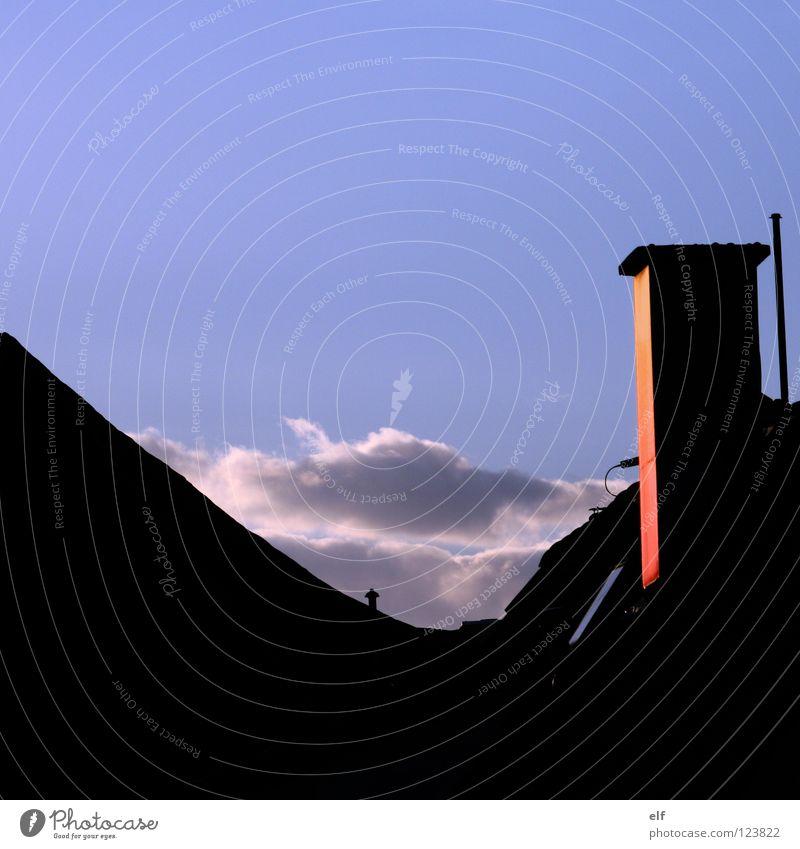 Leuchten in Dämmerung Himmel blau weiß Wolken Fenster schwarz grau verrückt geschlossen Vergänglichkeit Dach Neigung Klarheit Abenddämmerung Schornstein himmelblau