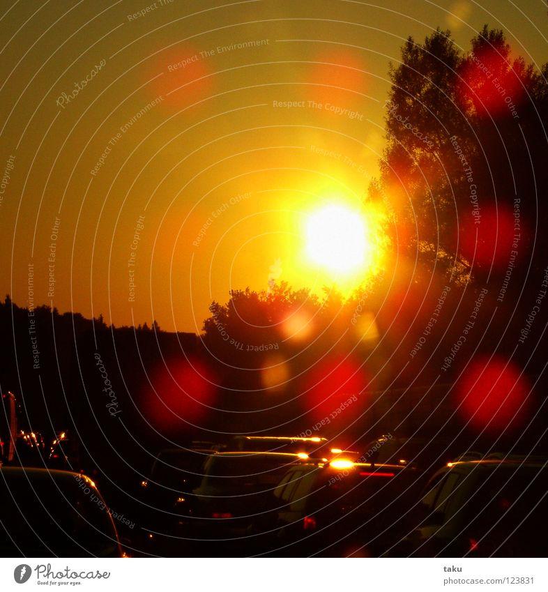 STILLSTAND Autobahn Verkehrsstau stagnierend Sommer Physik transpirieren heiß resignieren Musik hören Sonnenbrille Mineralwasser PKW nichts geht mehr Wärme