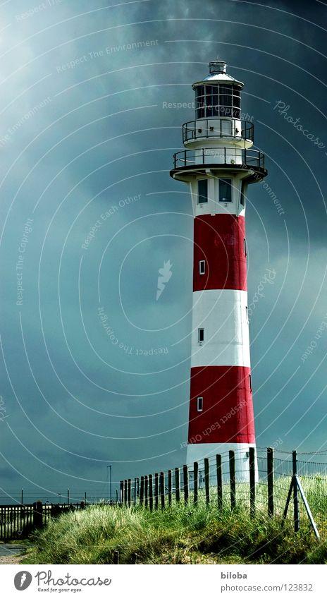 Leuchtturm in herbstlicher Gewitterstimmung Herbst Wolken Abendsonne Orientierung begleiten Begleiter Nebel Meer grün dunkel Licht Strahlung Horizont Fernweh