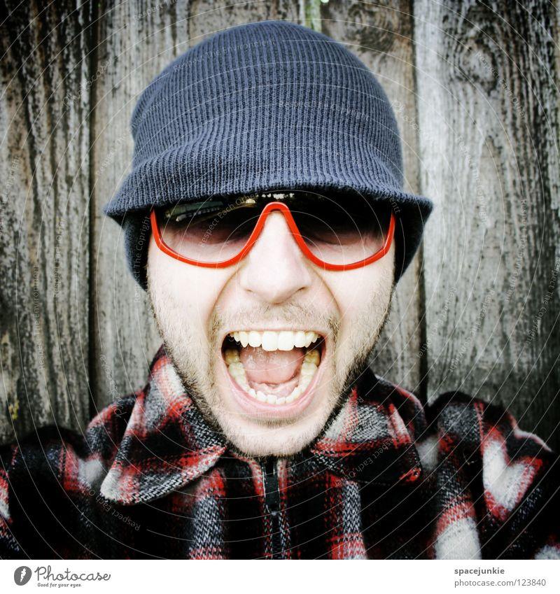 Rock it! (2) Mann Porträt Freak erschrecken Wand Holz Brille Sonnenbrille Mütze Winter kalt frieren Achtziger Jahre lässig skurril Humor Freude schreien