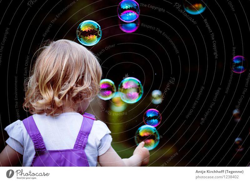 Bubbles - Seifenblasen fangen feminin Kind Kleinkind Mädchen Schwester 1 Mensch 1-3 Jahre Spielen Farbfoto mehrfarbig Tag Rückansicht