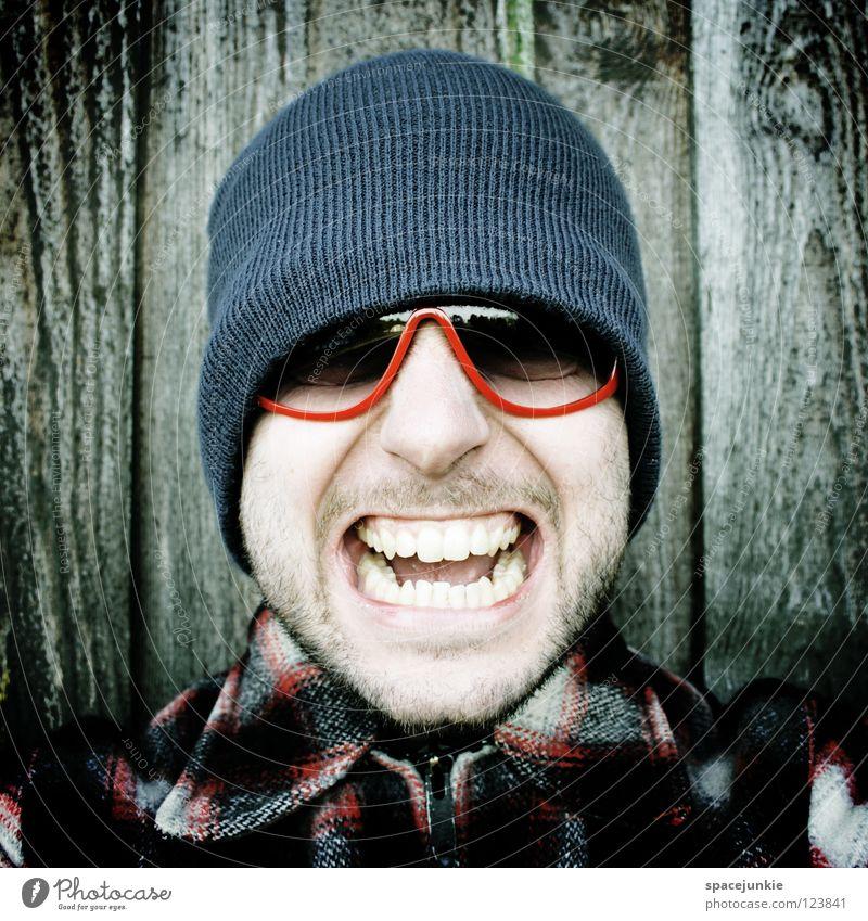Rock it! (3) Mann Porträt Freak erschrecken Wand Holz Brille Sonnenbrille Mütze Winter kalt frieren Achtziger Jahre lässig skurril Humor Freude Zunge