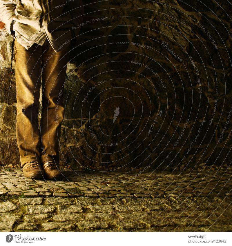 ...so stand er da! Steinmauer Kopfsteinpflaster Fuge Muster Streifen Linearität flach Quadrat Mathematik dunkel schwarz weiß Mann maskulin dreckig Schuhe Hose