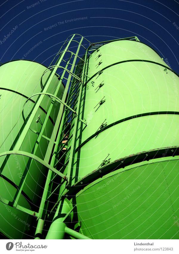 SILOS Silo grün Kalk Industrie Dachboden blau Himmel Leiter Getreide Sand Lager