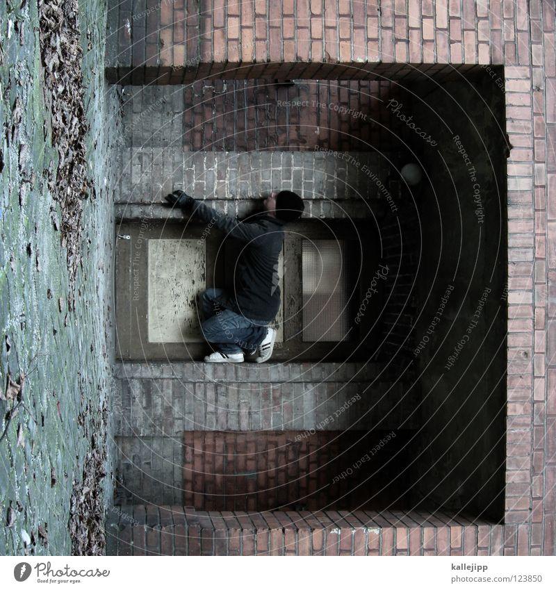 türstopper Mann Silhouette Dieb Krimineller Rampe Laderampe Fußgänger Schacht Tunnel Untergrund Ausbruch Flucht umfallen Fenster Parkhaus Geometrie Gegenlicht
