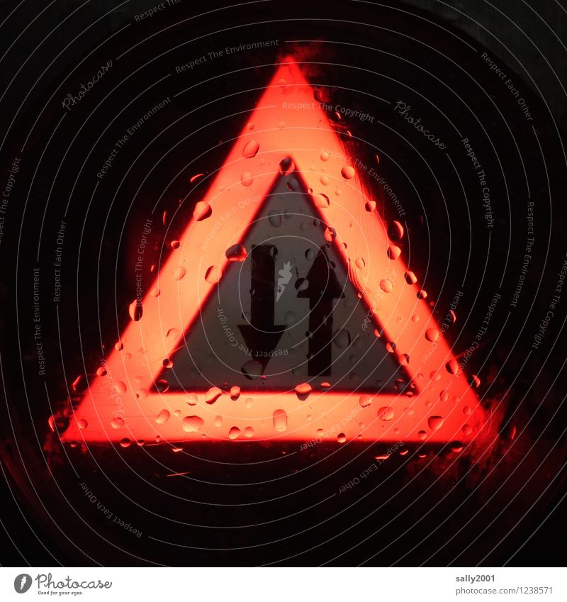 Gegenverkehr... rot Regen Verkehr Schilder & Markierungen Wassertropfen nass Hinweisschild fahren Pfeil Warnhinweis Autofahren schlechtes Wetter Warnung