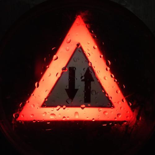 Gegenverkehr... schlechtes Wetter Regen Verkehr Autofahren Verkehrszeichen Verkehrsschild Schilder & Markierungen Hinweisschild Warnschild nass rot Warnung