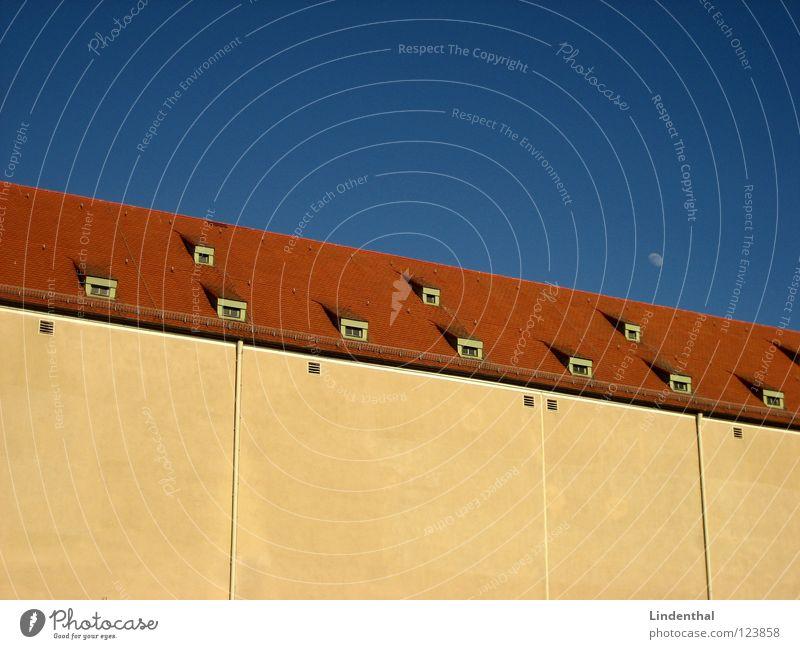 Picture No.43 Haus Lagerhalle Dach Fenster klein groß Macht Industrie Mond Himmel huge dump window