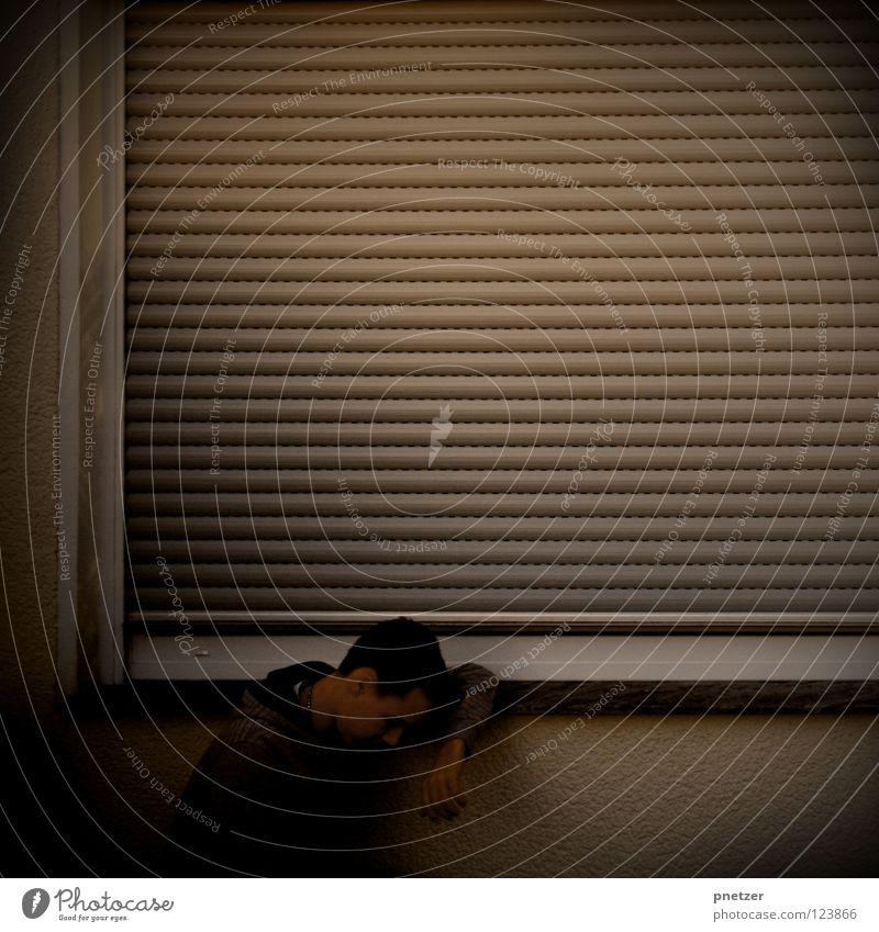 Mute Mann Haus dunkel kalt Wand Fenster Traurigkeit Denken Trauer Ladengeschäft Verzweiflung Kapuze Schwäche hocken Rollladen