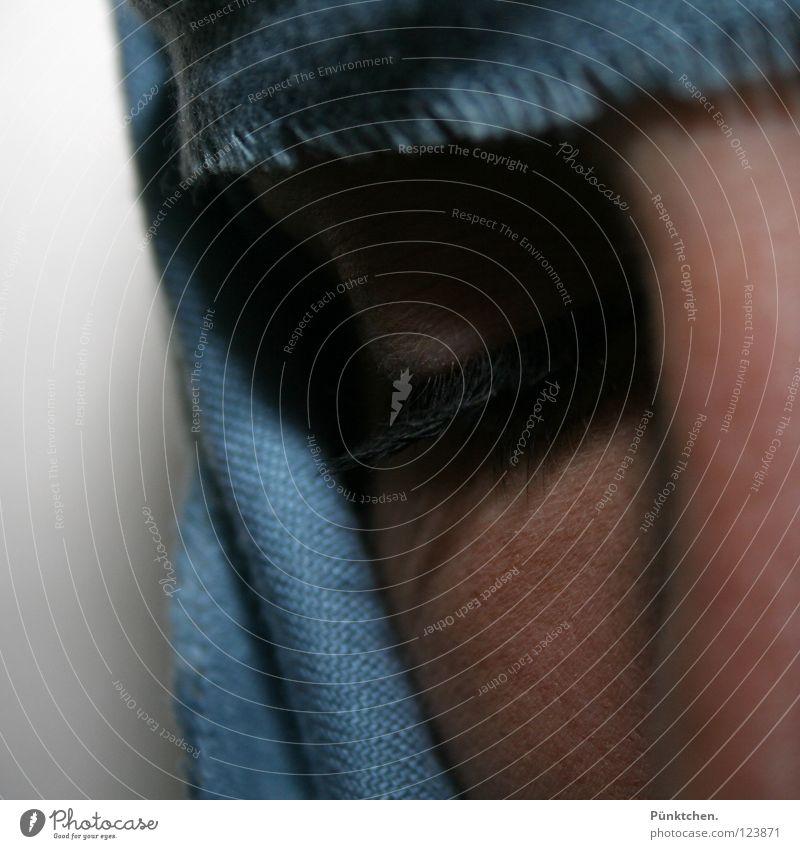 Stille Wimpern schwarz Wand umwickelt Wange Trauer ruhig Frau Auge Schatten Wimpernkranz Haut Reflexion & Spiegelung blau Tuch Hautfalten verstecken Kopf Mensch