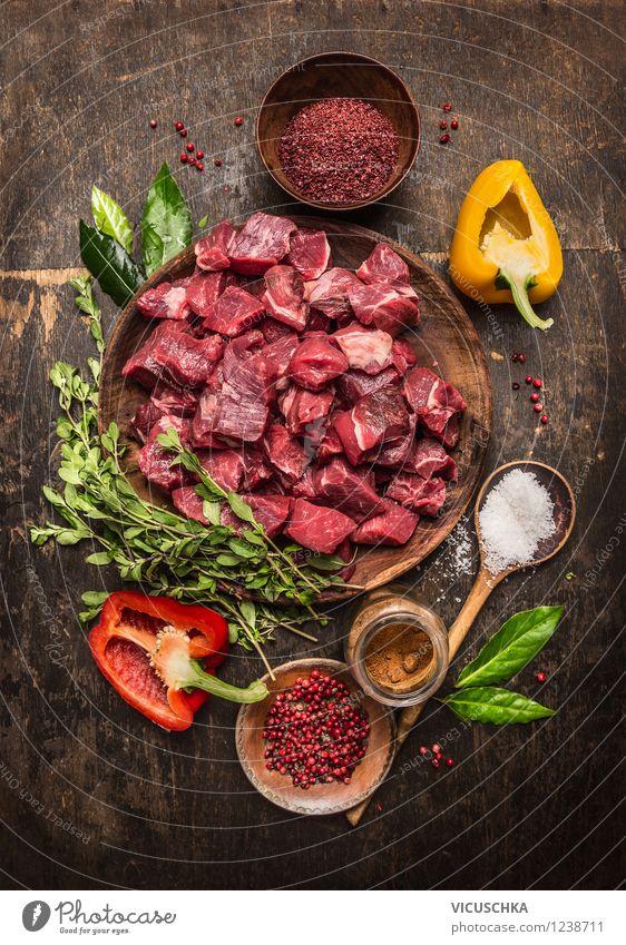 Zutaten für Gulasch - Fleischwürfel, Kräuter und Gemüse. Gesunde Ernährung Leben Stil Essen Feste & Feiern Lebensmittel Design frisch Glas Tisch